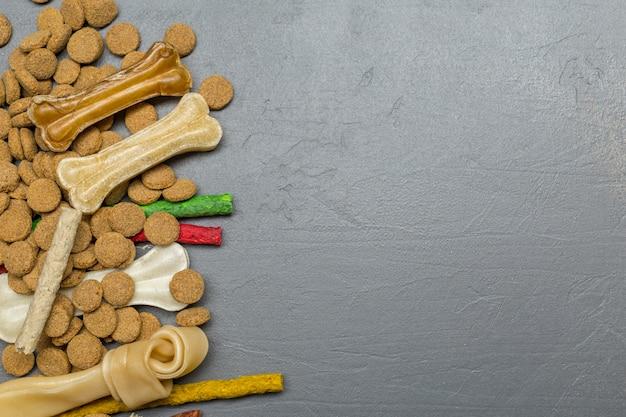 Gedroogd voedsel voor honden of katten. bovenaanzicht Premium Foto