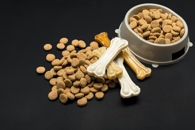 Gedroogd voedsel voor honden of katten. Premium Foto