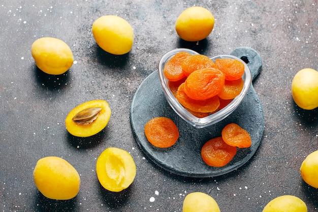 Gedroogde abrikozen met vers, sappig abrikozenfruit, bovenaanzicht Gratis Foto