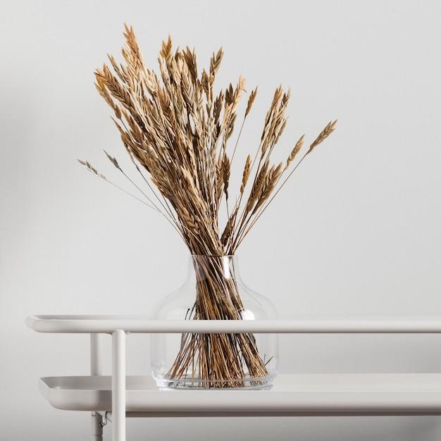 Gedroogde bloemen in glazen vaas Gratis Foto