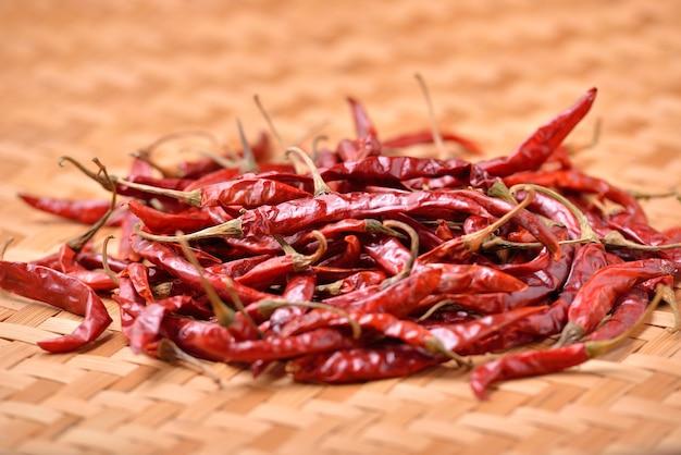 Gedroogde chili op tafel Premium Foto
