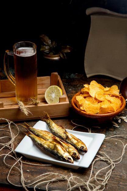 Gedroogde gerookte fish and chips als snack voor bieravond Gratis Foto