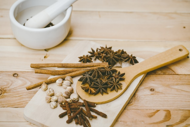 Gedroogde kruiden collectie set. mix van droge plantenzaadkruiden voor natuur alternatieve medische. Premium Foto