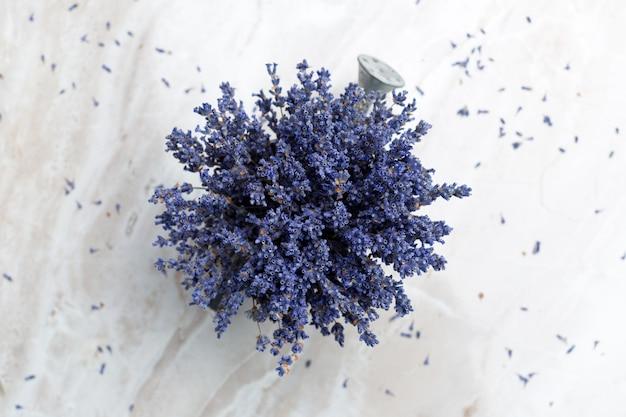 Gedroogde lavendel op de tafel Premium Foto