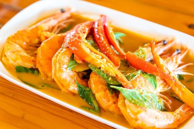 Gedroogde rode curry gebakken met garnalen Premium Foto