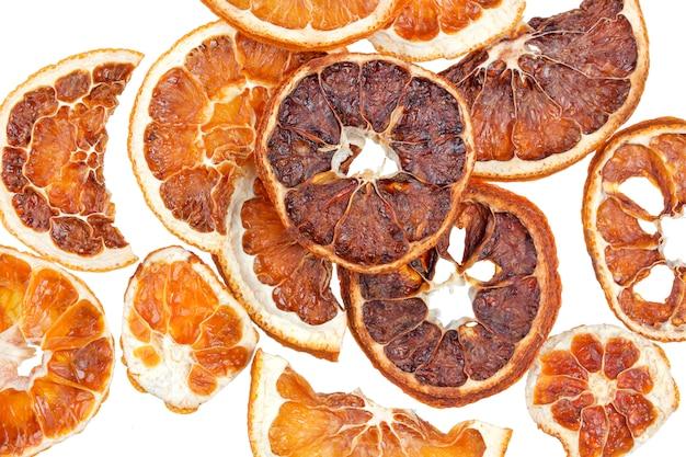 Gedroogde sinaasappelen segmenten geïsoleerd op wit Premium Foto