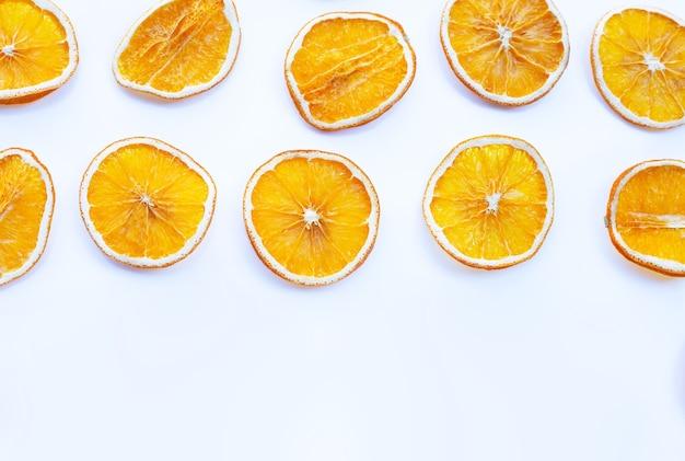 Gedroogde stukjes sinaasappel op wit Premium Foto