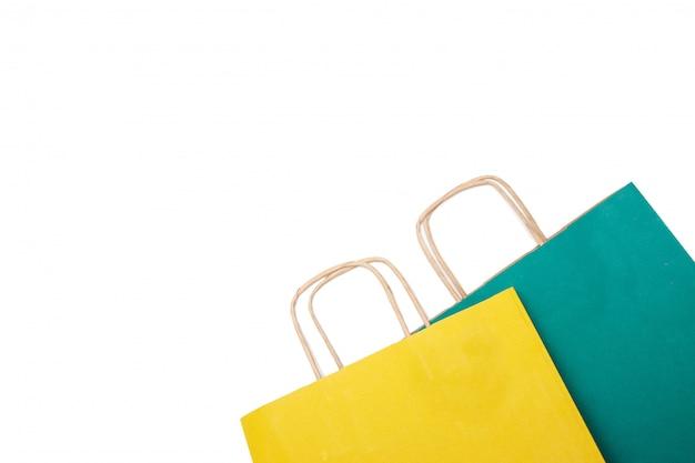 Geel en groen papier boodschappentassen geïsoleerd. Premium Foto