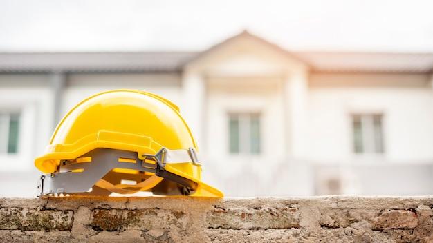 Geel helm writh huis Premium Foto