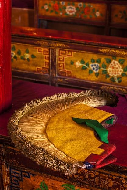 Geel hoedkenmerk van het tibetaans boeddhisme Premium Foto
