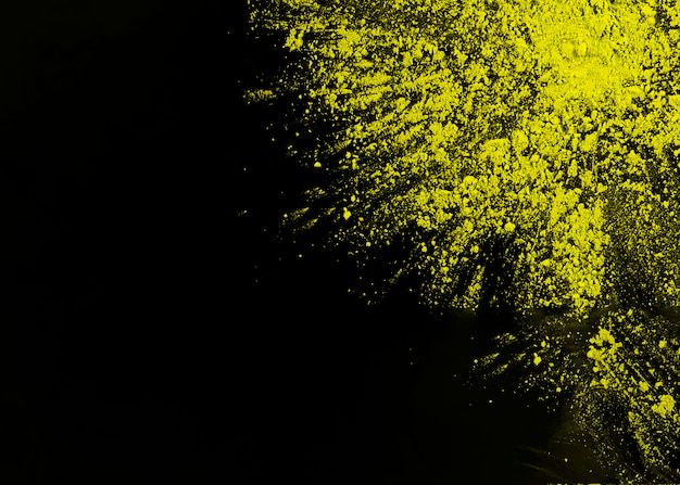 Geel holipoeder op hoek van zwarte oppervlakte Gratis Foto
