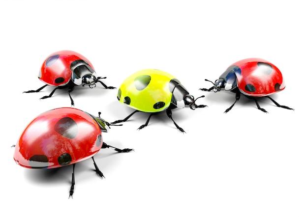 Geel lieveheersbeestje onder rode lieveheersbeestjes Premium Foto