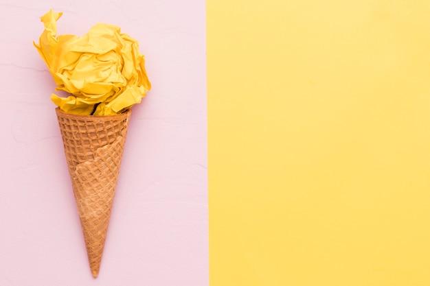 Geel roomijs op verschillende kleurenachtergrond Gratis Foto
