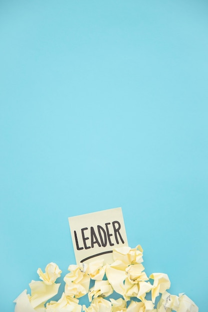 Geel verfrommeld document op leiders kleverige nota over de blauwe achtergrond Gratis Foto