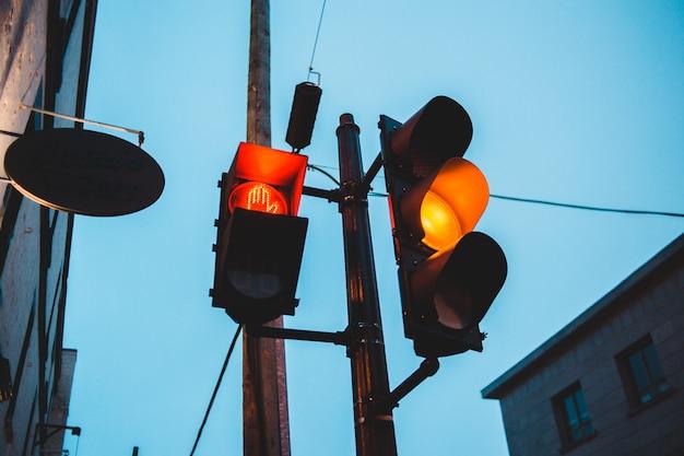 Geel verkeerslicht in de avond Gratis Foto