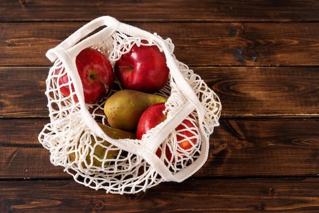 Geen afvalconcept. fruit in een netzak Premium Foto