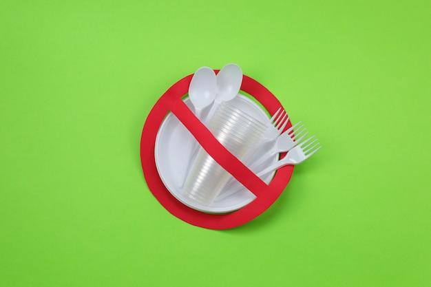 Geen gebruikssymbool in rood verboden bord met plastic schalen. milieu concept. Premium Foto