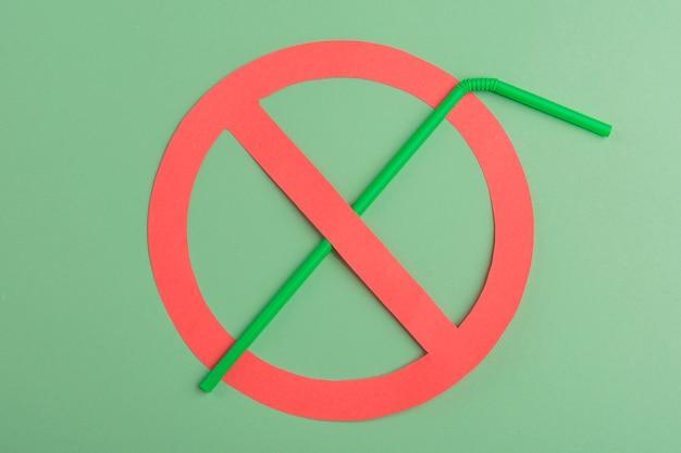 Geen plastic. groen plastic stro opgezet in een rode verbodscirkel Premium Foto
