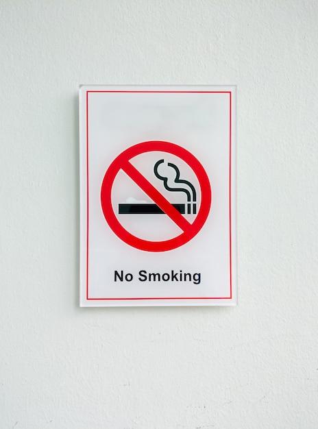 Geen rookteken van de plastic plaat op de witte muur in het kantoorgebouw. Premium Foto