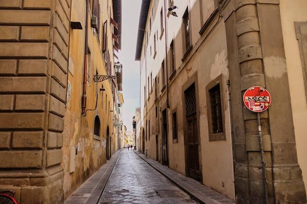 Geen toegangs- en doodlopende straatborden in de straten van florence Premium Foto