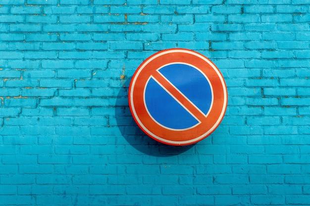 Geen wachtteken op een blauwe bakstenen muur Gratis Foto