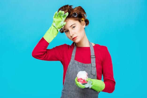 Geërgerd mooie vrouw neemt rust tijdens het wassen en schoonmaken Gratis Foto