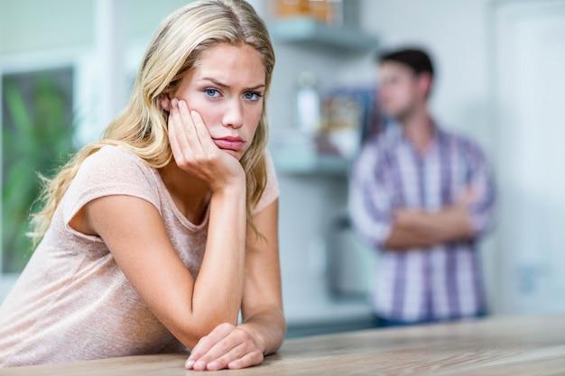 Geërgerd paar die elkaar in de keuken negeren Premium Foto