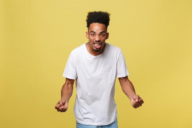 Geërgerde jonge afro-amerikaanse man in wit overhemd met ontstemde uitdrukking Premium Foto