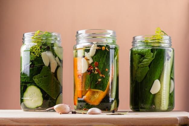 Gefermenteerde zelfgemaakte groenten Premium Foto