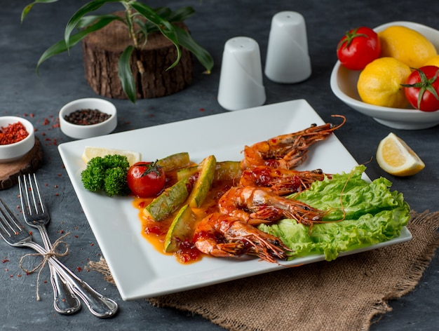 Gefrituurde garnalen met groenten op tafel Gratis Foto