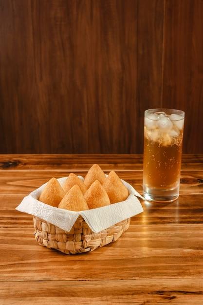 Gefrituurde kroket portie met guarana soda Premium Foto