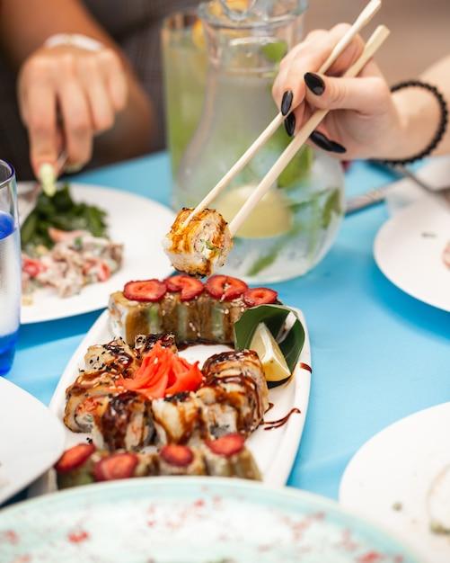 Gefrituurde sushi met groenten en gember Gratis Foto