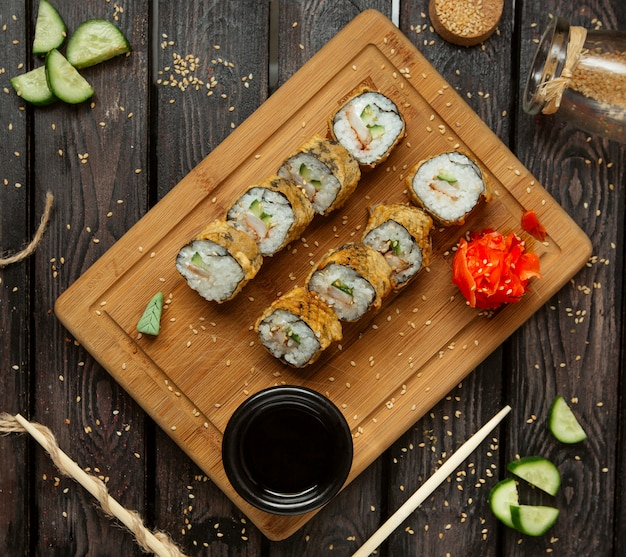 Gefrituurde sushibroodjes met garnalen en komkommer geserveerd met wasabi en gember Gratis Foto