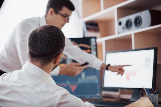 Gegevens analyseren. close-up van jong commercieel team dat in creatief bureau samenwerkt terwijl het jonge vrouw richten op de gegevens in de grafiek met pen wordt voorgesteld Gratis Foto