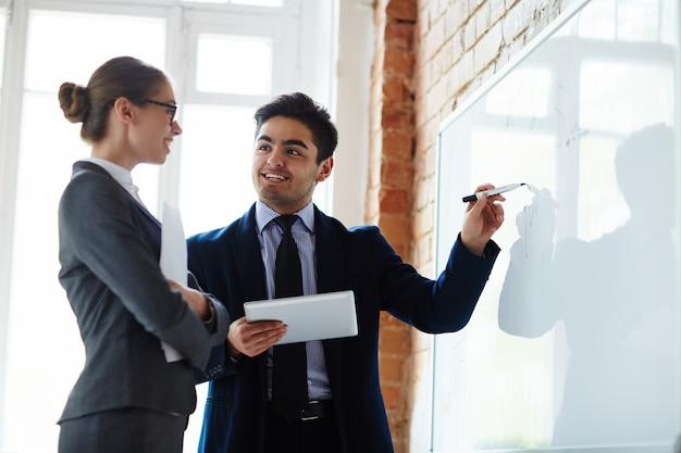 Gegevens op whiteboard toelichten Gratis Foto