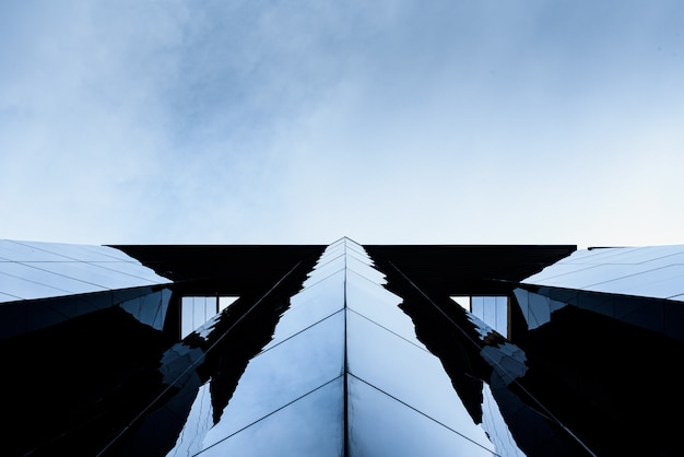 Geglazuurd gebouw met reflecties waar de werkende middenklasse ambachten wil kopen als leidinggevenden. Premium Foto