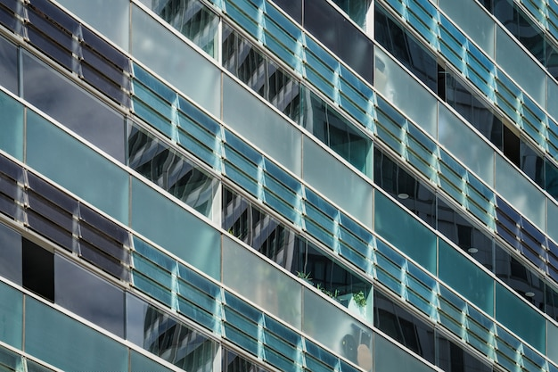 Geglazuurde balkons van de gevel van een stedelijk gebouw in blauwachtige en groenachtige tinten Premium Foto