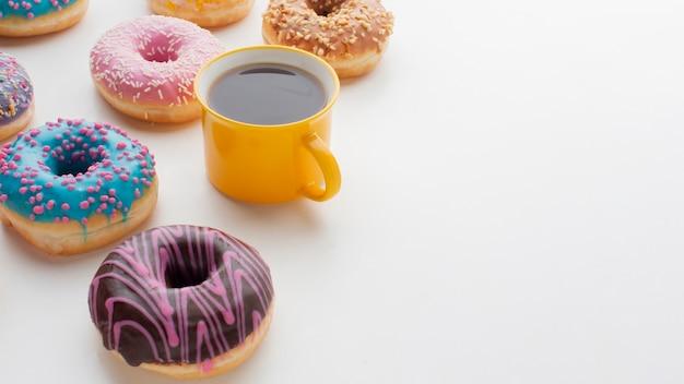 Geglazuurde donuts en koffie kopie ruimte Gratis Foto
