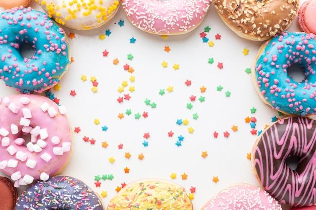 Geglazuurde donuts in platte laag Gratis Foto