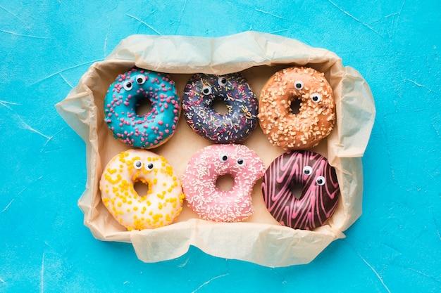 Geglazuurde donuts met ogen bovenaanzicht Gratis Foto