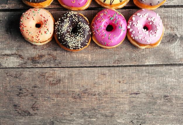 Geglazuurde donuts op houten achtergrond Premium Foto