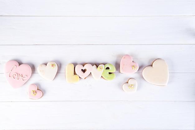 Geglazuurde hartvormige koekjes, bakken met liefde voor valentijnsdag, liefdesconcept Premium Foto