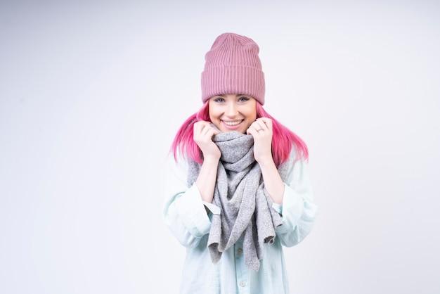 Geglimlacht meisje met sjaal en roze hoed Gratis Foto