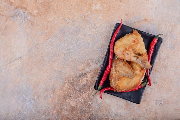 Gegrild kippenvlees met roodgloeiende chilipepers Gratis Foto