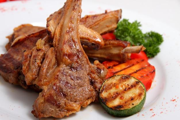 Gegrild lamsvlees met gegrilde groenten Premium Foto