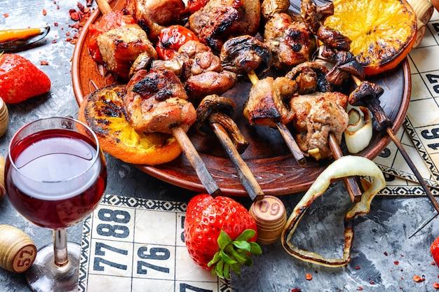 Gegrild vlees en bordspellen Premium Foto