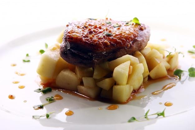 Gegrild vlees geserveerd in een gastronomische stijl Gratis Foto