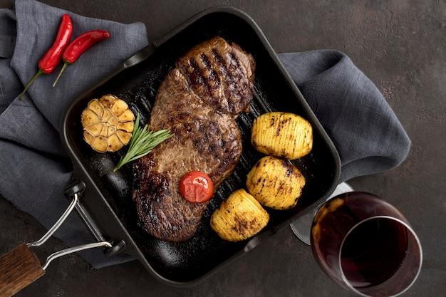 Gegrild vlees met groenten en wijn Gratis Foto