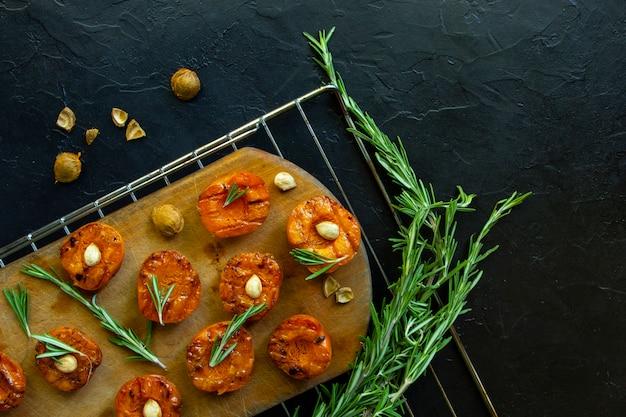 Gegrilde abrikozen met pitten en tijm. Premium Foto