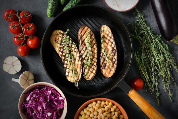 Gegrilde aubergines met tijm op de grill met andere groenten Premium Foto